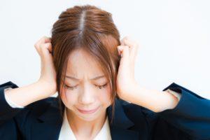 仕事に悩む女性